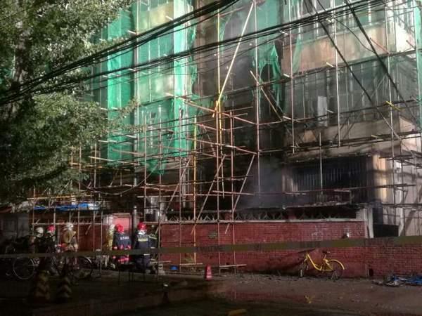 北京一居民楼外墙起火被扑灭 居民:最初以为放鞭炮