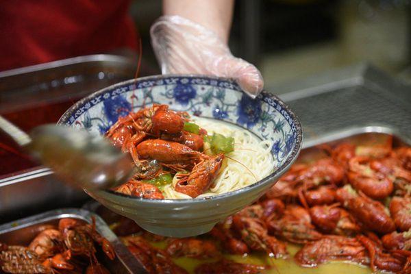 南京高校食堂推出小龙虾面 满满一碗只需15块