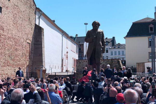 中国赠送马克思雕像在德揭幕 总高5.5米