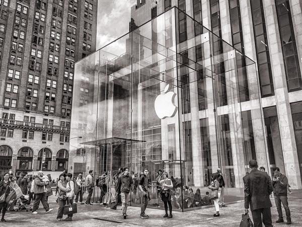 巴菲特狂买7500万股苹果股票:库克偷笑感激