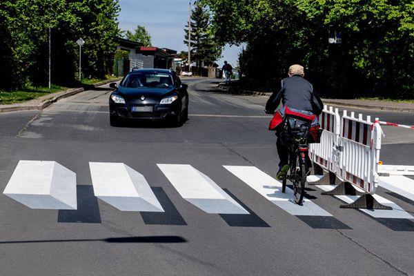 德国首个3D斑马线亮相 提醒行人注意交通安全