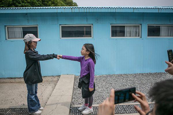 韩国民众参观复制版板门店 重演韩朝首脑历史性握手瞬间