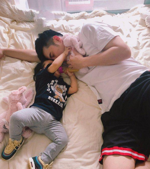 陈赫被女儿踩头叫起床,喊话:敢不敢让我多睡会
