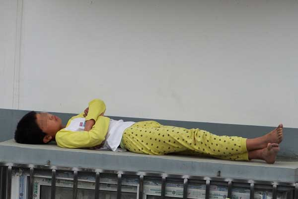 熊孩子赖床遭训斥 赌气睡到窗外防护网顶上