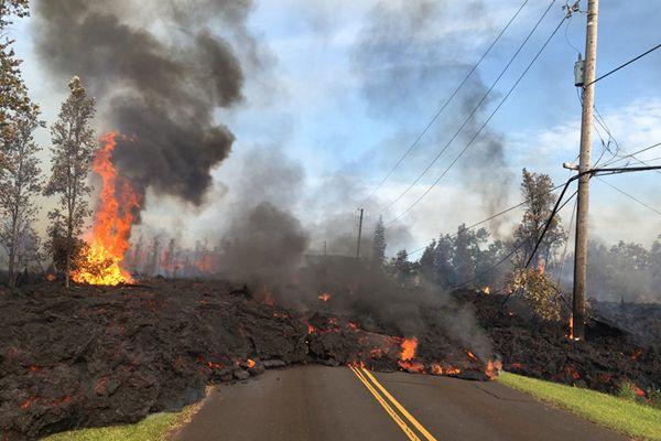 夏威夷基拉韦厄火山喷发 滚烫熔岩横穿公路触目惊心