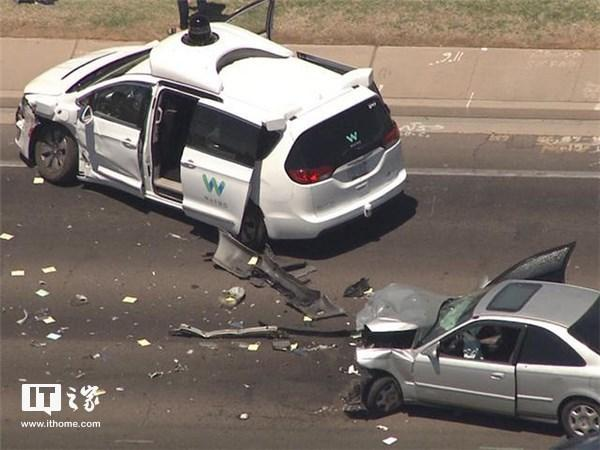 谷歌Waymo自动驾驶车遇车祸 车头损毁有人受轻伤