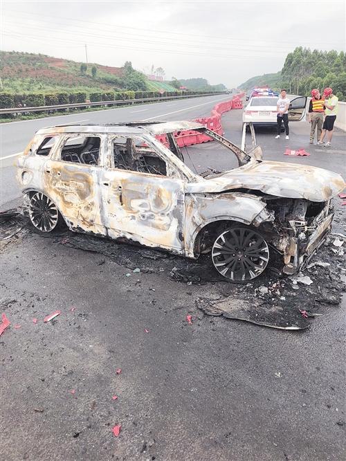 司机看着爱车自燃烧成空壳:报警说不出具体位置
