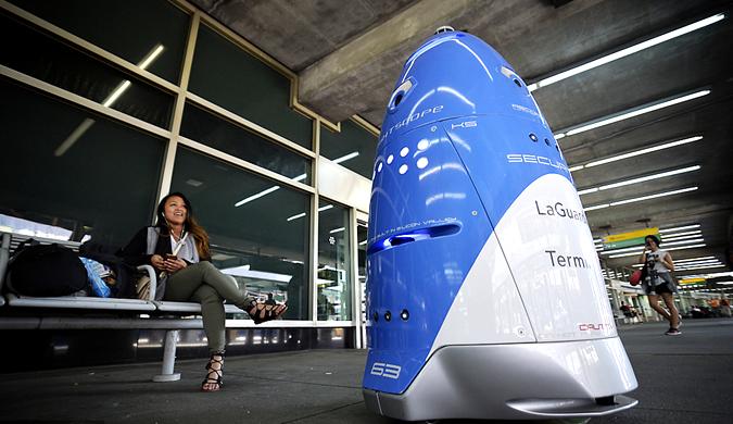 纽约机场推出巡逻机器人 造型呆萌成新网红