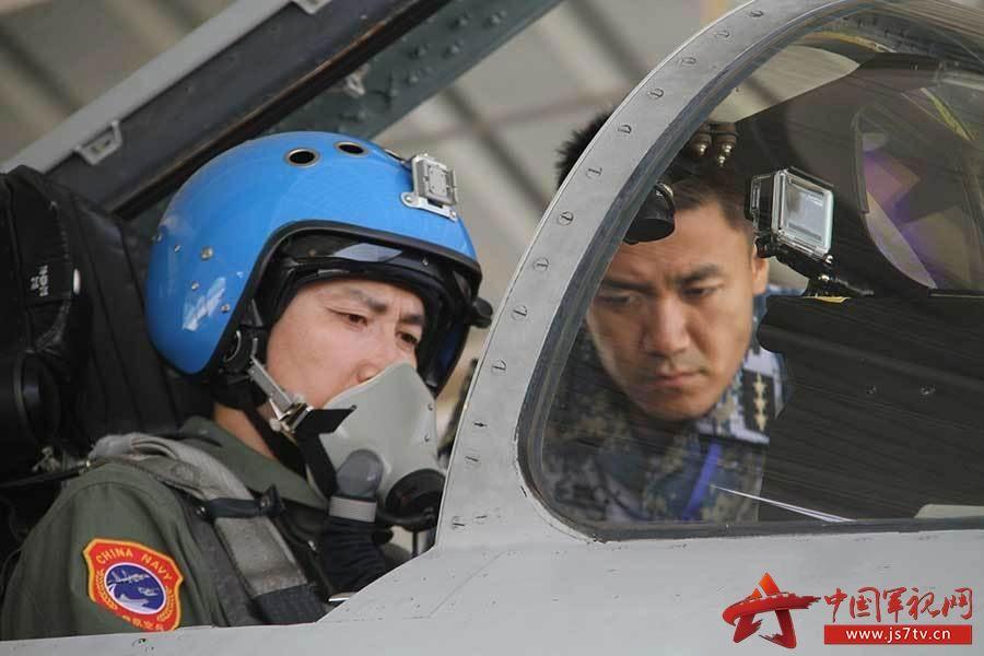 歼15着舰第一人离任舰载机部队 一等功臣徐汉军继任