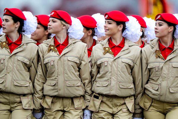 俄罗斯举行胜利日阅兵带妆彩排 女兵英姿飒爽满屏大长腿