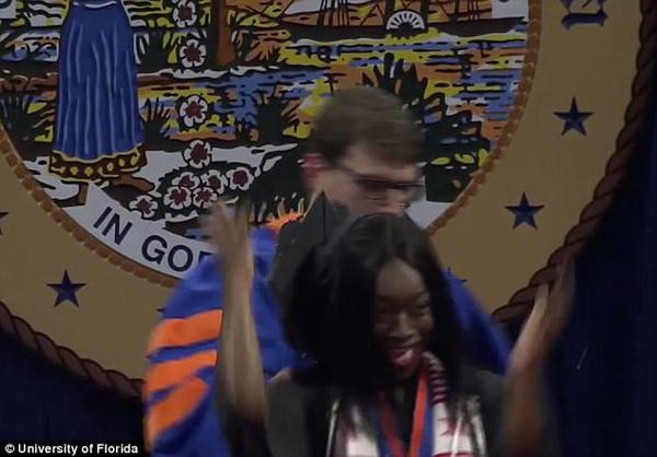 美大学教职工强拉黑人毕业生下台 校长公开道歉