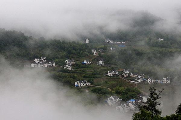安徽黄山:雾锁齐云山