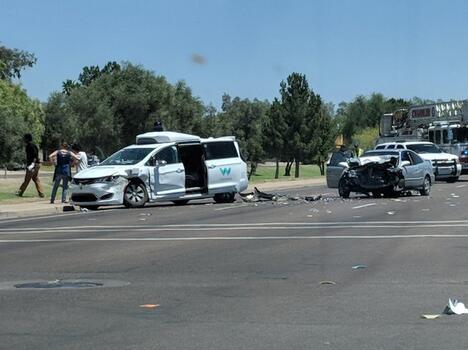 Waymo自动驾驶货车遭撞击 驾驶员受轻伤