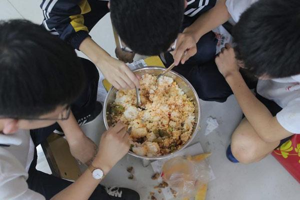 衡水考生备战高考 为省时间多人合吃一碗饭