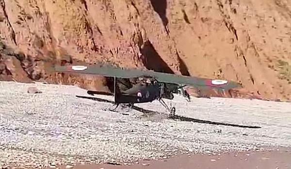 老式飞机出故障迫降英海滩 游客吓到腿软
