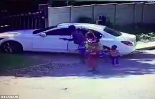 南非持枪劫匪伏击富人时撞倒三岁男孩不管不顾