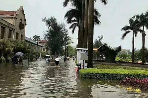 厦门遭暴雨袭击 厦大校园被淹