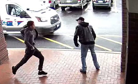 """英雄!美老人""""出脚""""绊倒持枪逃犯助警方破案"""