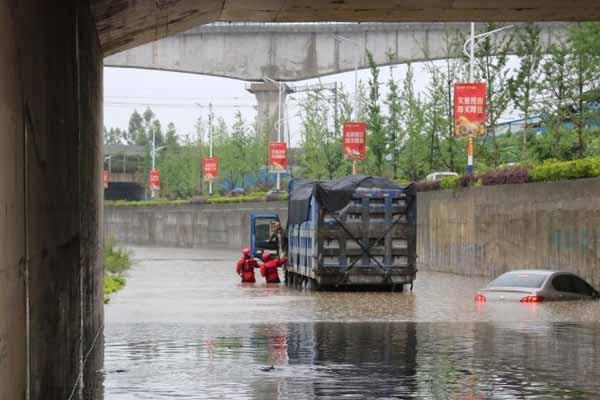 暴雨致桂林内涝车辆被淹 多人受困被营救