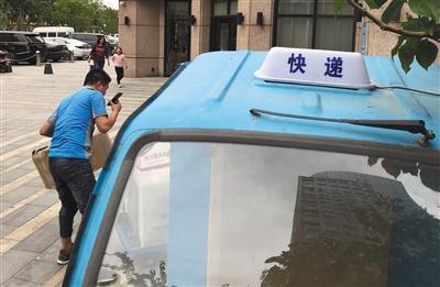 快递新政实施首周 部分北京快递三轮车已配专用灯