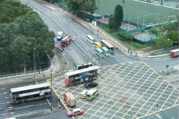 """香港一巴士遭""""拦腰""""猛撞后翻车 致10人受伤被困"""