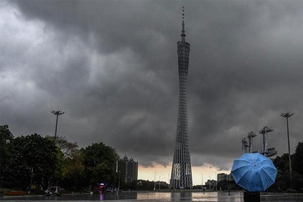 强降雨来袭 广东多地暴雨预警