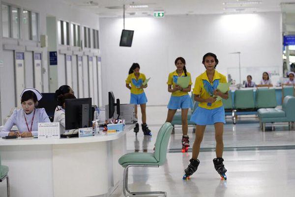 这波操作666!泰国医院雇用护士穿滑板鞋工作