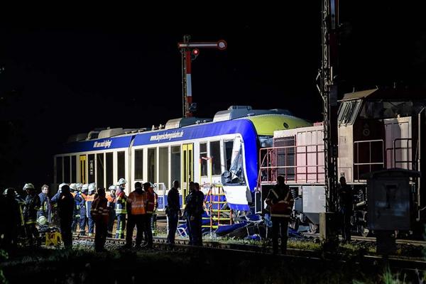 德国南部两列火车相撞 造成至少2人死亡10人受伤