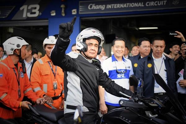 泰国总理巴育驾摩托车帅气十足 体验MotoGP赛道风驰电掣