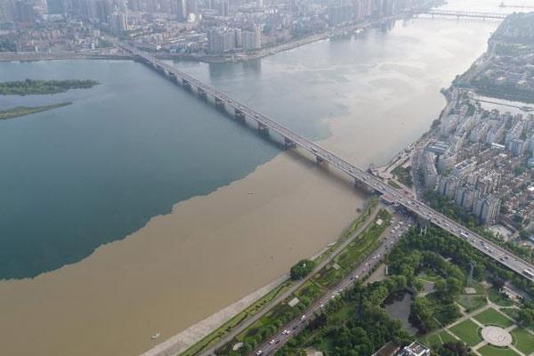 航拍汉江湖北襄阳段雨后泾渭分明