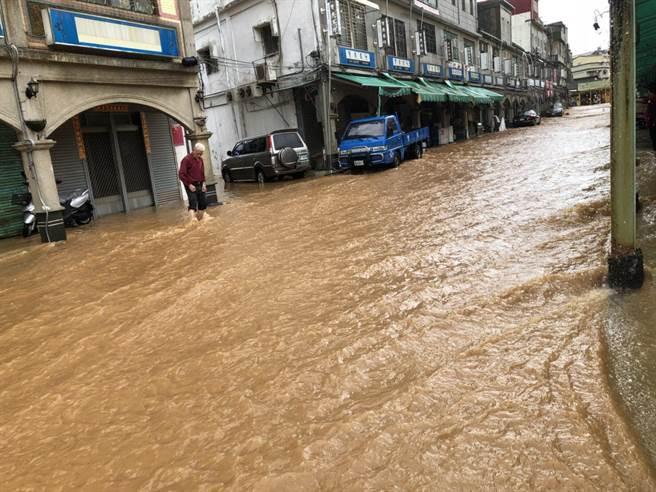 金门爆发洪灾 民众大呼:比台风还可怕!