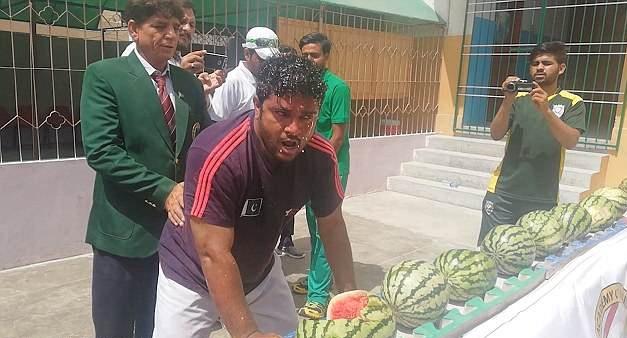 巴基斯坦男子破两项记录:头碎51个西瓜掌碎281个核桃