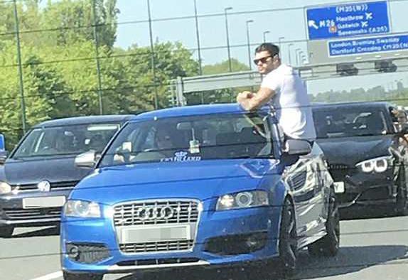 有那么热吗?英男子为乘凉坐车窗上半身探出车外