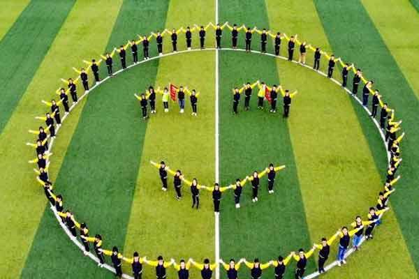 世界微笑日 江苏泰州晒巨幅人拼笑脸图案