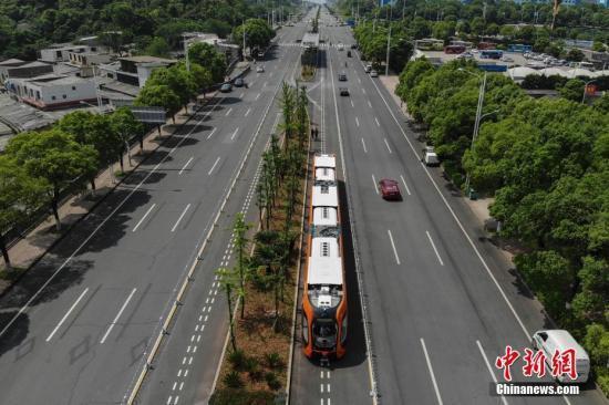 全球首条智能轨道快运系统示范线开通试运行