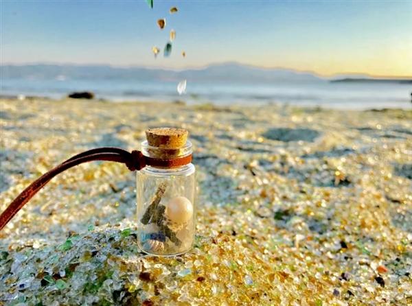 日本玻璃沙滩乍看似宝石满地 引网友争相拍照