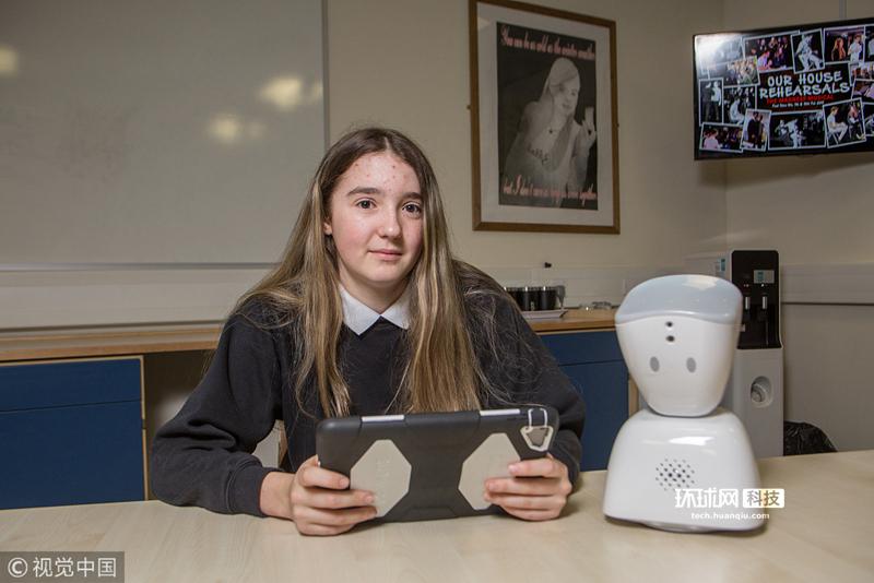 英14岁女孩患病无法上学 小机器人替其听课