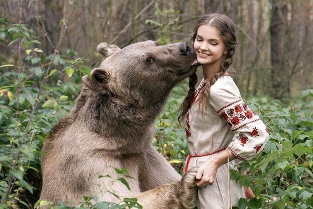 俄模特与猛兽亲密互动 惊险浪漫似童话世界