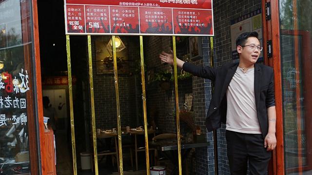 济南一餐厅老板设栅栏门招募瘦人收费吃喝 仅5人应战乐成