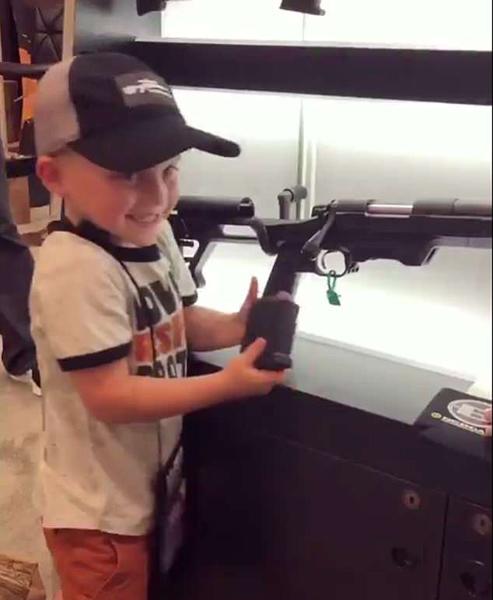 美女子鼓励4岁男孩操作步枪上膛射击引热议