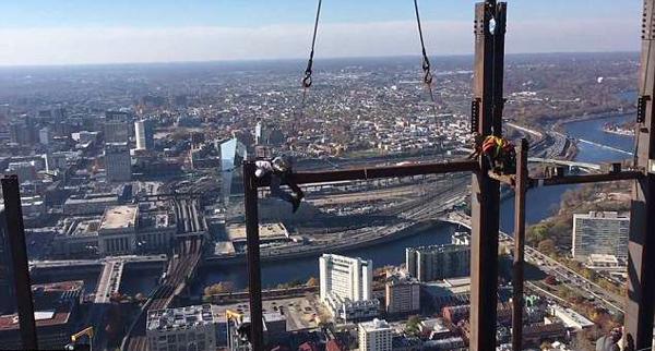 毫不恐高!美建筑工人55层楼高处搭建大楼横梁