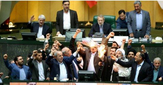 """""""美国去死!"""" 伊朗议员怒烧美国国旗"""