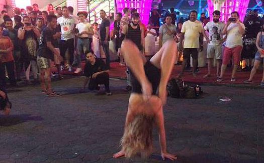 英醉酒女子泰国街头表演后空翻惊呆众人