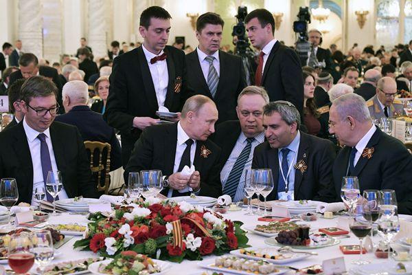 普京举行胜利日招待会 与塞尔维亚总统等政要畅谈