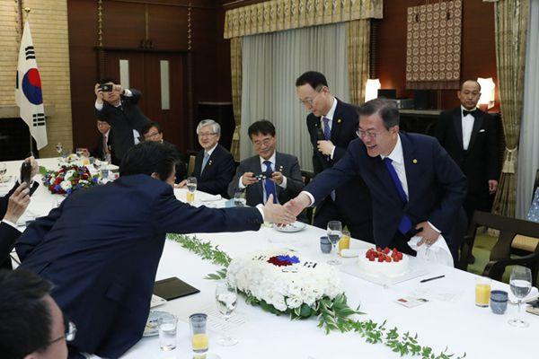 日韩首脑午宴 安倍贴心送蛋糕祝贺文在寅上任一周年