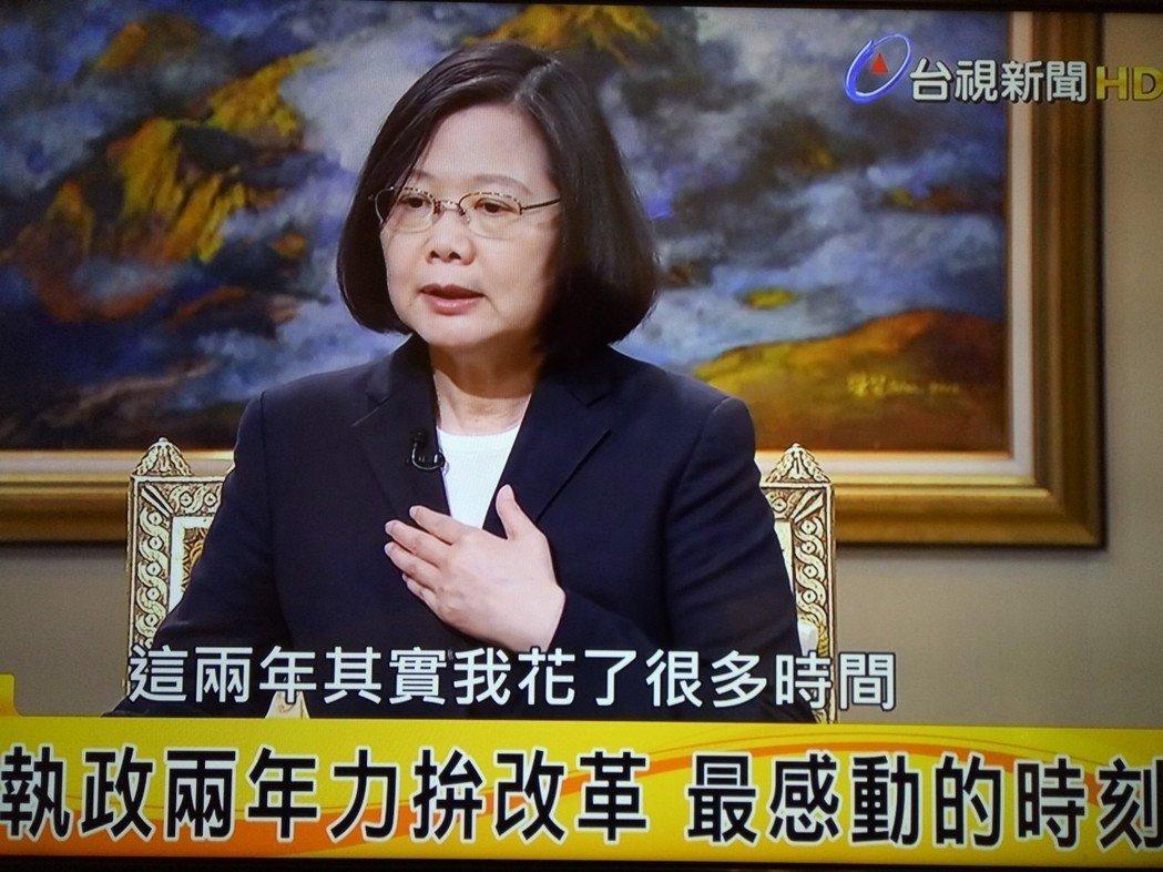 """中文不好、英文也糟、数学更烂 蔡英文被讽""""脑袋空空"""""""