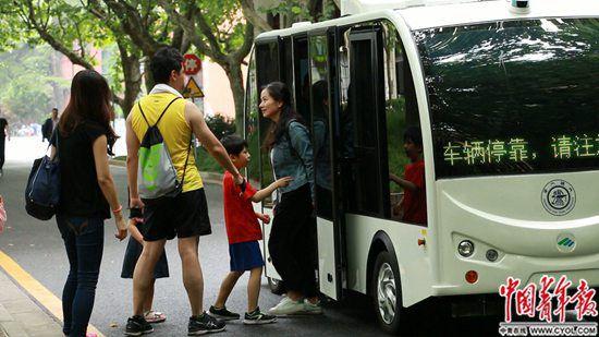 """上海交大校园现师生自制""""无人驾驶小巴"""""""