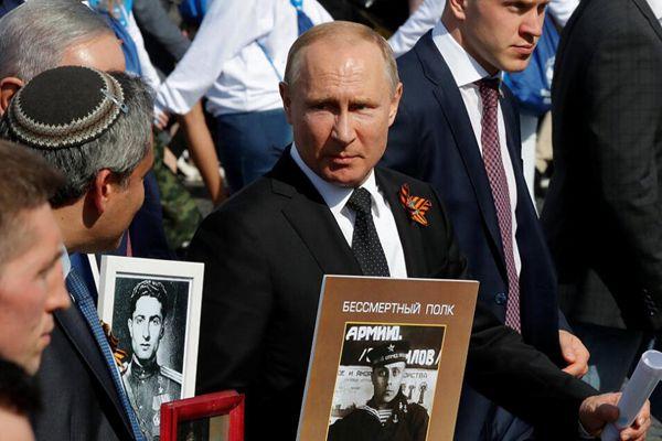 """俄总统普京举父亲照片参加""""不朽军团""""游行"""