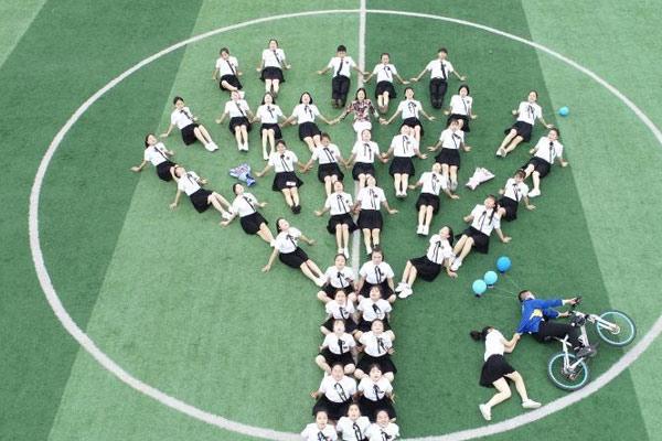 贵州职校毕业生拍摄创意合影