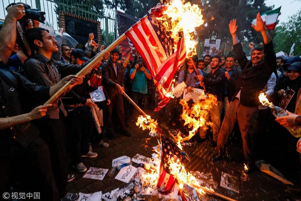 伊朗美国_伊朗民众焚烧星条旗 抗议美国退出伊核协议